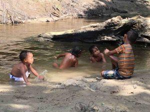 bagno nel fiume con bambini - Colombia